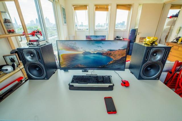 PC_Desk_UltlaWideMonitor23_23.jpg