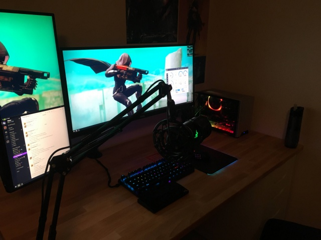 PC_Desk_UltlaWideMonitor26_09.jpg